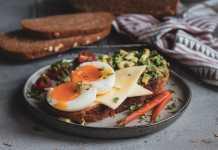 Τόστ με Σπιτικό Ψωμί Ολικής Άλεσης, Gouda, Αβοκάντο και Αυγό